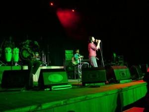 Океан Эльзы. Вакарчук. Концерт в зеленых тонах - зеленая сцена и красные облака