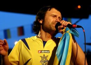 """Обои Океан Эльзы - """"блюз"""" Вакарчука с украинским флагом и в футбольной униформе"""