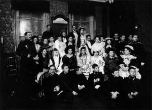 Вечеринка в буржуазной квартире. 1912-1914 гг. Красиво одетые молодые люди, кадеты, дамы